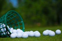 Cesta das bolas de golfe Imagens de Stock