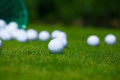 Cesta das bolas de golfe Fotografia de Stock Royalty Free
