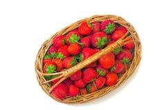 Cesta das morangos em um fundo branco Imagens de Stock