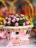 Cesta das rosas de seda na tabela Fotografia de Stock Royalty Free
