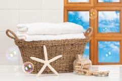 Cesta das toalhas Imagem de Stock