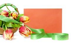 Cesta das tulipas e de um envelope alaranjado Imagem de Stock Royalty Free