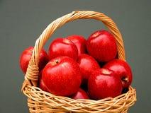 Cesta das vitaminas - maçãs fotografia de stock