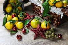 Cesta de Año Nuevo de los mandarines Imágenes de archivo libres de regalías