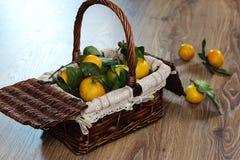 Cesta de Año Nuevo de los mandarines Fotos de archivo libres de regalías