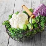 Cesta de alambre de verduras frescas de la granja Fotos de archivo