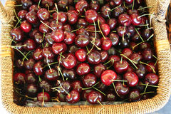 Cesta de cerezas rojas deliciosas Fotos de archivo