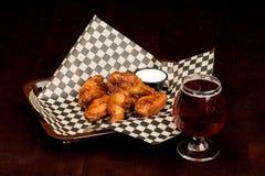 Cesta de Chick Wings e uma cerveja pronto para comer Imagens de Stock Royalty Free