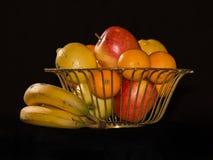 Cesta de cobre amarillo llenada de la fruta imágenes de archivo libres de regalías