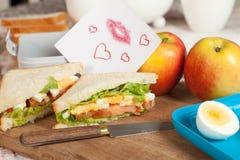 Cesta de comida com nota do amor Fotografia de Stock