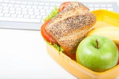Cesta de comida com sanduíche uma maçã Fotos de Stock