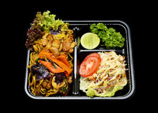 A cesta de comida fritada ` do trigo mourisco de Yakisoba literalmente serviu com salada para a entrega foto de stock royalty free
