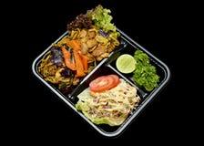 A cesta de comida fritada ` do trigo mourisco de Yakisoba literalmente serviu com salada para a entrega foto de stock