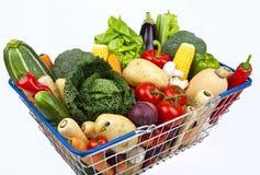 Cesta de compra completamente dos vegetais Fotografia de Stock