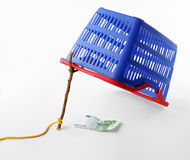 Cesta de compra - conceito da armadilha do consumidor foto de stock royalty free