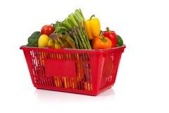 Cesta de compra que oveflowing com legumes frescos Imagens de Stock Royalty Free