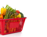Cesta de compra que oveflowing com legumes frescos Foto de Stock Royalty Free