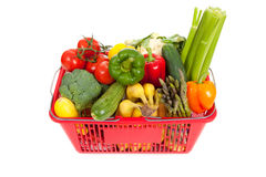 Cesta de compra que oveflowing com legumes frescos Imagens de Stock
