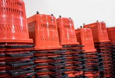 Cesta de compras apilada plástico rojo imágenes de archivo libres de regalías
