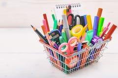 Cesta de compras de la escuela en el fondo blanco Fotografía de archivo