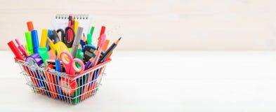 Cesta de compras de la escuela en el fondo blanco Imágenes de archivo libres de regalías