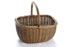 Cesta de compras de mimbre de la vendimia Foto de archivo libre de regalías