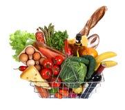 Cesta de compras del metal con las comidas Imagen de archivo libre de regalías