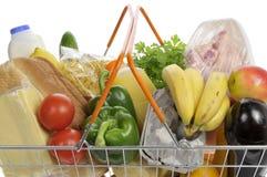 Cesta de compras llenada de las tiendas de comestibles. Imagen de archivo libre de regalías