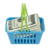 Cesta de compras por completo de dinero Imagenes de archivo