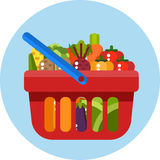 Cesta de compras roja con las verduras Withvegetables de la cesta de compras Fotos de archivo