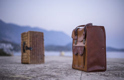 Cesta de couro do piquenique da bagagem e do vime Fotografia de Stock