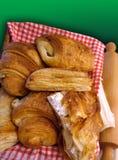 Cesta de croissants   Fotos de archivo