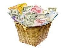 Cesta de dinero en circulación del mundo Foto de archivo libre de regalías