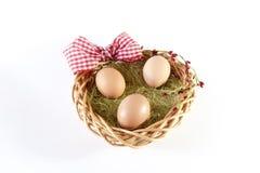 Cesta de Easter com ovos Fotos de Stock