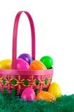 Cesta de Easter com ovos coloridos Foto de Stock Royalty Free