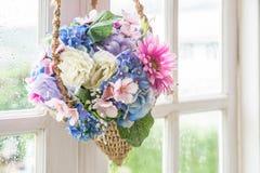 Cesta de ejecución de la flor en ventana Imagenes de archivo