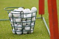 Cesta de esferas de golfe Fotografia de Stock Royalty Free