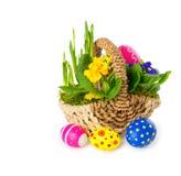 Cesta de flores da mola com ovos da páscoa Foto de Stock Royalty Free