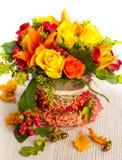 Cesta de flores del otoño foto de archivo