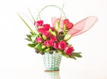 Cesta de flores para el día del ` s de la tarjeta del día de San Valentín Imagenes de archivo
