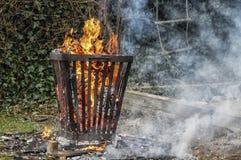 Cesta de fogo no fite exterior fotografia de stock