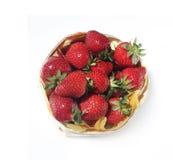 Cesta de fresas aisladas en blanco Imagen de archivo libre de regalías
