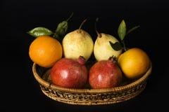 Cesta de fruta. Fotografía de archivo libre de regalías