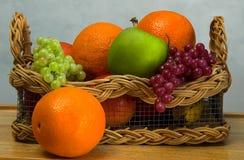 Cesta de fruta imagem de stock royalty free