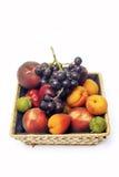 Cesta de fruta aislada Imagen de archivo