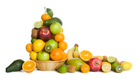 Cesta de fruta aislada en blanco Imagen de archivo