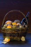 Cesta de fruta con las naranjas y el vino Fotos de archivo libres de regalías