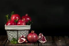 Cesta de fruta de la granada Foto de archivo libre de regalías