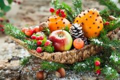 Cesta de fruta de la Navidad Imagenes de archivo