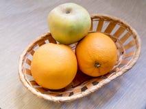 Cesta de fruta en fondo de madera Imagen de archivo libre de regalías